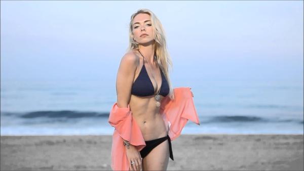 Il video di auguri sexy a Roberto Mancini
